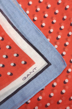 Šatka GANT O2. SHADOW DOT COTTON SILK SCARF